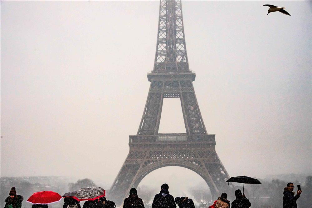 Kẻ lãng mạn, người cơ hàn trong bão tuyết Paris-7