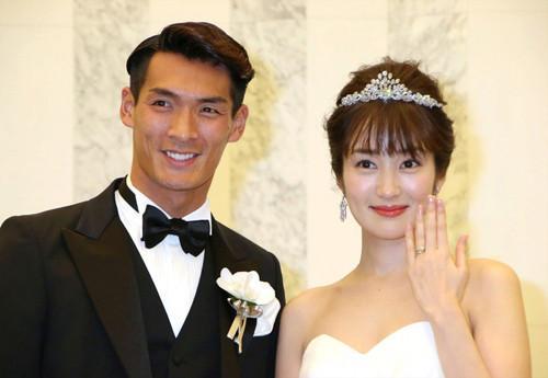 Nhan sắc cô vợ xinh đẹp từng là mẫu nội y của hậu vệ ĐT Nhật Bản sẽ đối đầu Việt Nam ở tứ kết Asian Cup-4