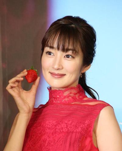 Nhan sắc cô vợ xinh đẹp từng là mẫu nội y của hậu vệ ĐT Nhật Bản sẽ đối đầu Việt Nam ở tứ kết Asian Cup-2