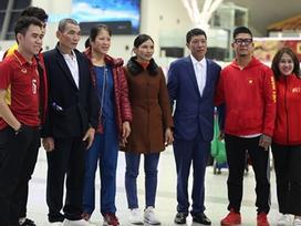 Bố mẹ Đoàn Văn Hậu, thủ môn Bùi Tiến Dũng và anh trai Quang Hải đã lên đường sang Dubai để 'tiếp lửa' cho tuyển Việt Nam
