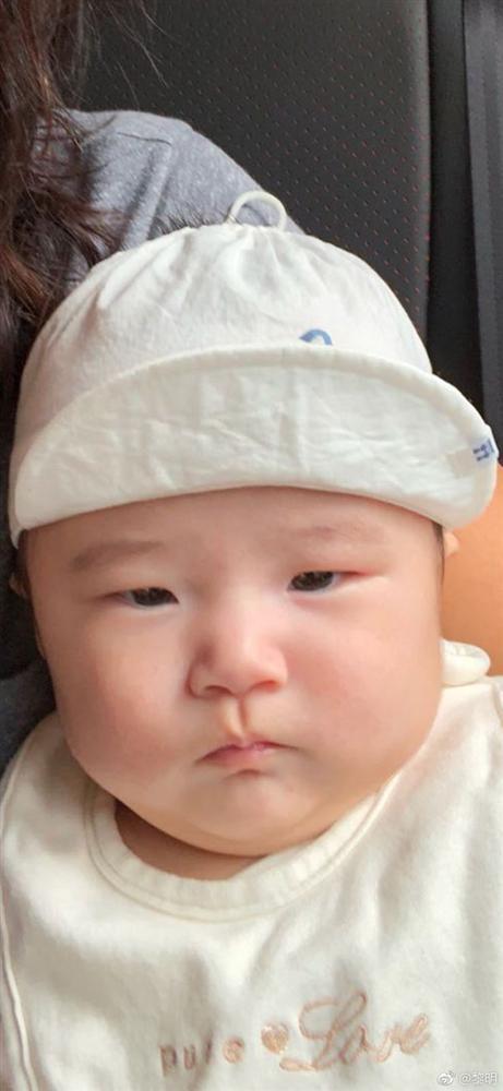 Làm cha ở tuổi 52, Lê Minh chiều chuộng con gái hết mực-2