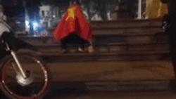 Tuyển Việt Nam dừng chân ở tứ kết, nam thanh niên trùm Quốc kỳ khóc 'thâu đêm' ngoài trời lạnh