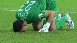 Clip Văn Lâm, Văn Toàn cúi đầu trên sân rơi nước mắt khi thua Nhật Bản khiến người hâm mộ chỉ muốn khóc theo