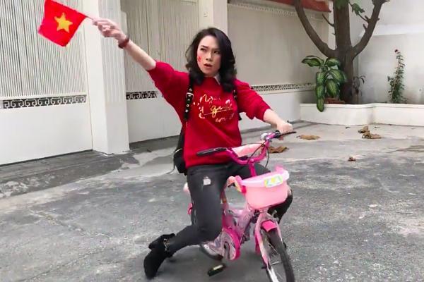 Vẫn là đi bão ăn mừng tuyển Việt Nam, nhưng để ý mới thấy Mỹ Tâm đã 3 lần lên đời siêu xe rồi đấy!-6