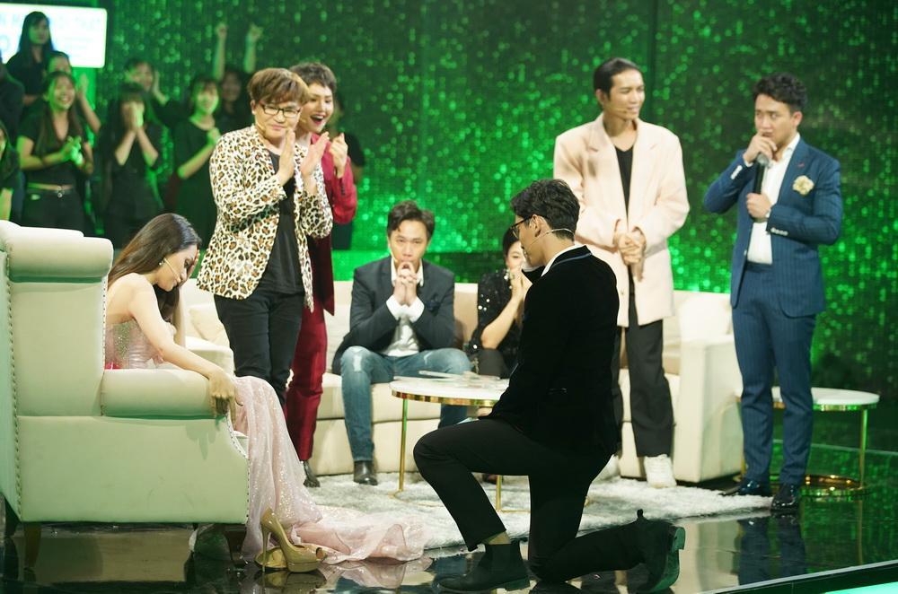 Bật khóc khi người quen quỳ gối cầu hôn, Hương Giang Idol vẫn từ chối nhưng cuối cùng lại chọn nhầm hoa có chậu-3