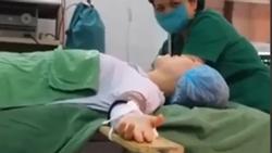 Dân tình nổi da gà khi giọng hát của nữ bệnh nhân trên bàn mổ bất ngờ cất lên
