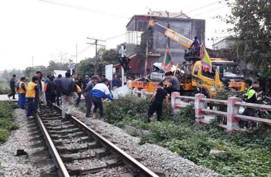 Cố tình vượt đường sắt, xe ô tô 4 chỗ bị tàu hỏa tông bẹp nát-1