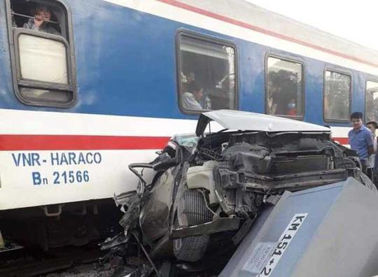 Cố tình vượt đường sắt, xe ô tô 4 chỗ bị tàu hỏa tông bẹp nát-2