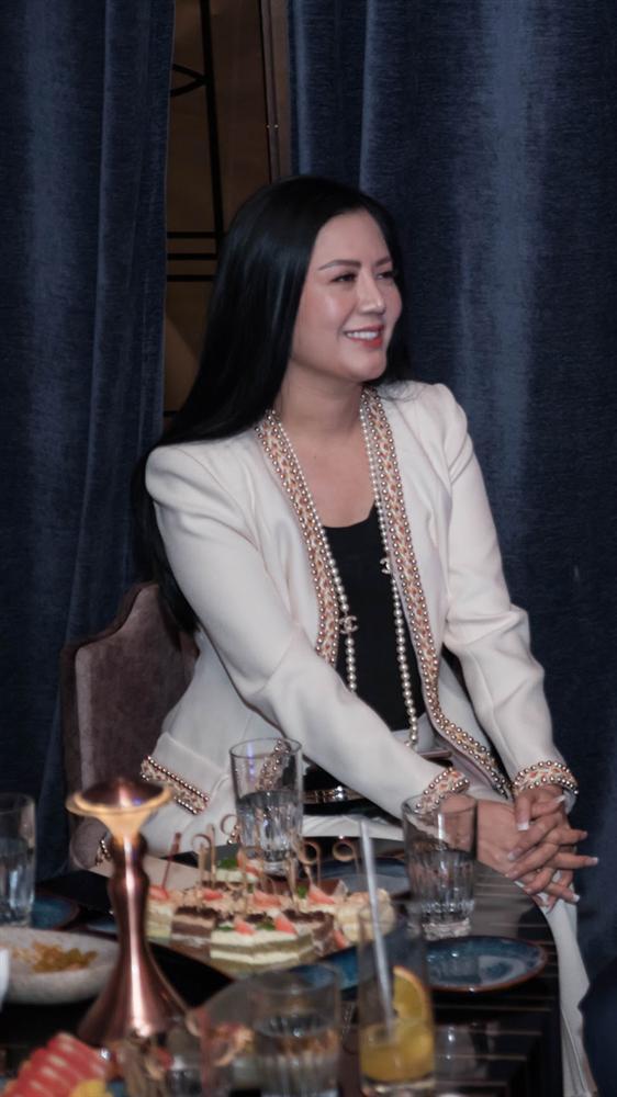 Hà Hồ luôn nắm chặt tay Kim Lý trong suốt concert của Hoàng Rob-9