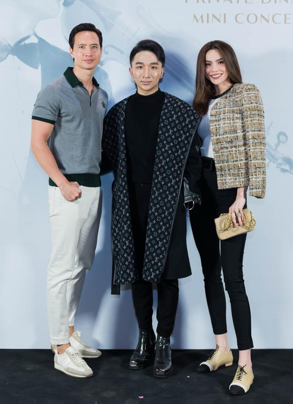 Hà Hồ luôn nắm chặt tay Kim Lý trong suốt concert của Hoàng Rob-2