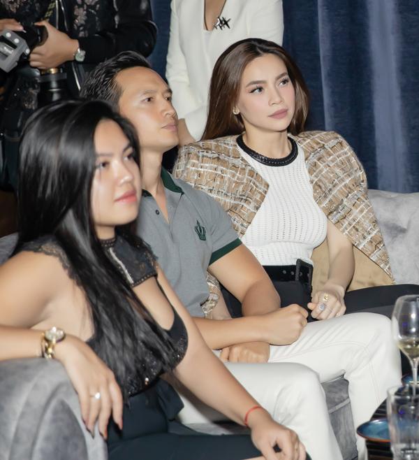 Hà Hồ luôn nắm chặt tay Kim Lý trong suốt concert của Hoàng Rob-3