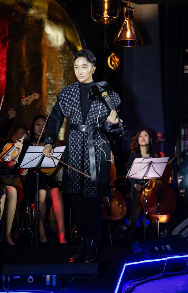 Hà Hồ luôn nắm chặt tay Kim Lý trong suốt concert của Hoàng Rob-5