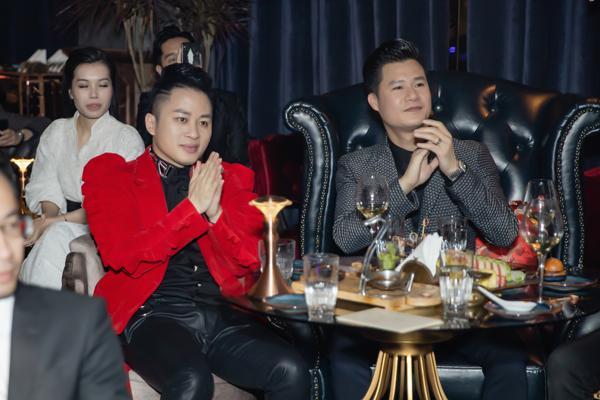 Hà Hồ luôn nắm chặt tay Kim Lý trong suốt concert của Hoàng Rob-8