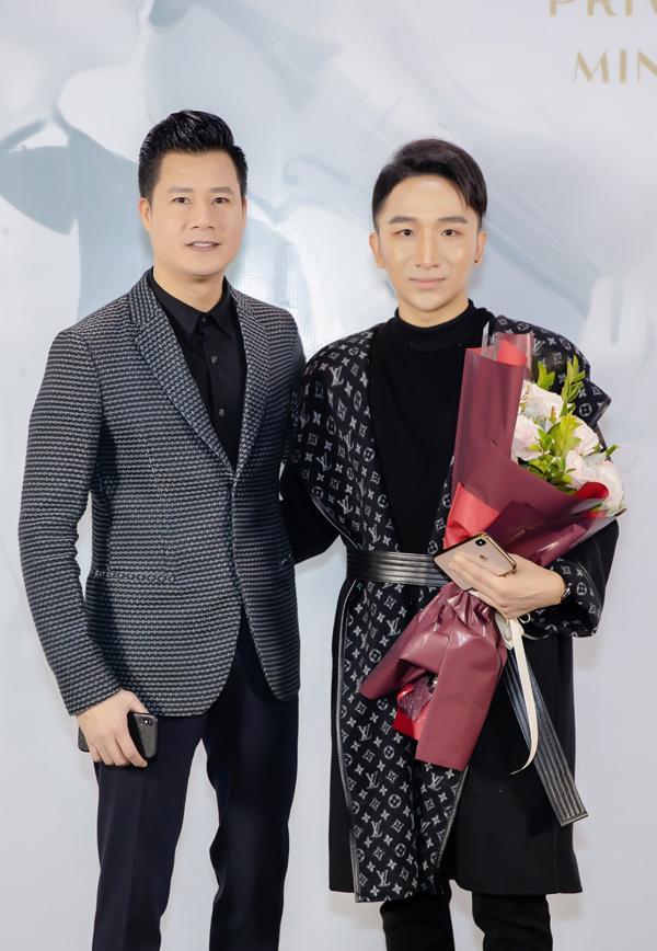 Hà Hồ luôn nắm chặt tay Kim Lý trong suốt concert của Hoàng Rob-7
