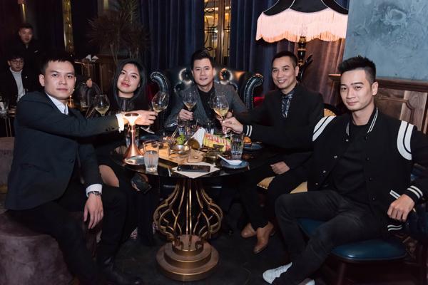 Hà Hồ luôn nắm chặt tay Kim Lý trong suốt concert của Hoàng Rob-10