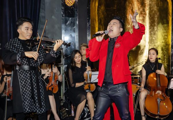 Hà Hồ luôn nắm chặt tay Kim Lý trong suốt concert của Hoàng Rob-6