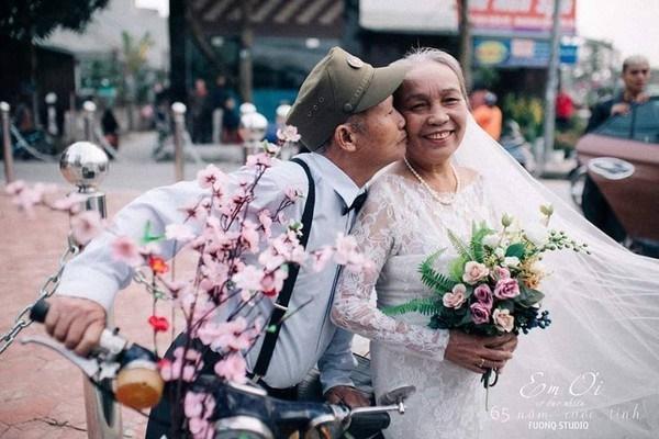 Phát sốt bộ ảnh kỉ niệm 65 năm ngày cưới của cặp vợ chồng già: Ông ngày nào cũng hỏi bà có còn yêu anh không?-1