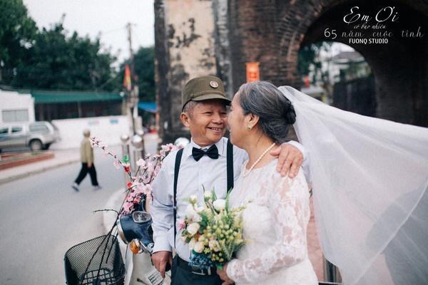 Phát sốt bộ ảnh kỉ niệm 65 năm ngày cưới của cặp vợ chồng già: Ông ngày nào cũng hỏi bà có còn yêu anh không?-4