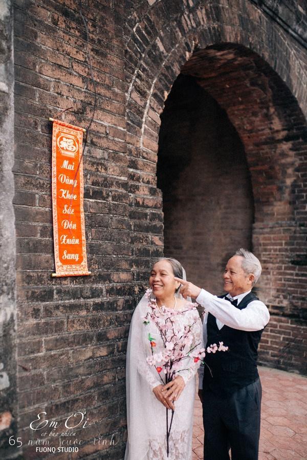 Phát sốt bộ ảnh kỉ niệm 65 năm ngày cưới của cặp vợ chồng già: Ông ngày nào cũng hỏi bà có còn yêu anh không?-11