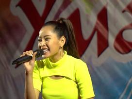 Chi Pu vẫn hát và nhảy cực sung dù gặp sự cố mic không lên tiếng