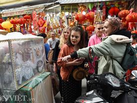 Ảnh: Khách Tây thích thú ngắm đồ lễ tiễn ông Táo trên phố Hàng Mã