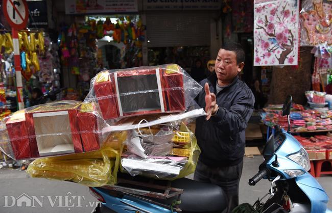 Ảnh: Khách Tây thích thú ngắm đồ lễ tiễn ông Táo trên phố Hàng Mã-1