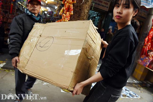 Ảnh: Khách Tây thích thú ngắm đồ lễ tiễn ông Táo trên phố Hàng Mã-11
