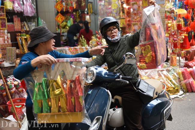Ảnh: Khách Tây thích thú ngắm đồ lễ tiễn ông Táo trên phố Hàng Mã-2
