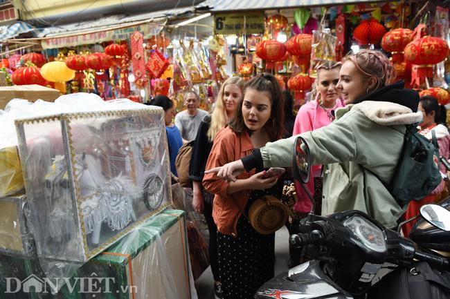 Ảnh: Khách Tây thích thú ngắm đồ lễ tiễn ông Táo trên phố Hàng Mã-3