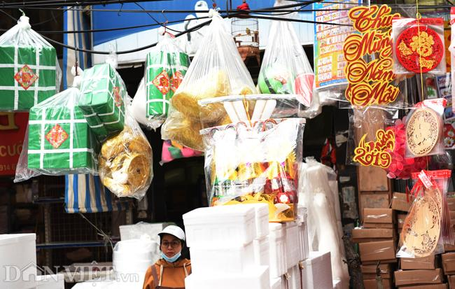 Ảnh: Khách Tây thích thú ngắm đồ lễ tiễn ông Táo trên phố Hàng Mã-5