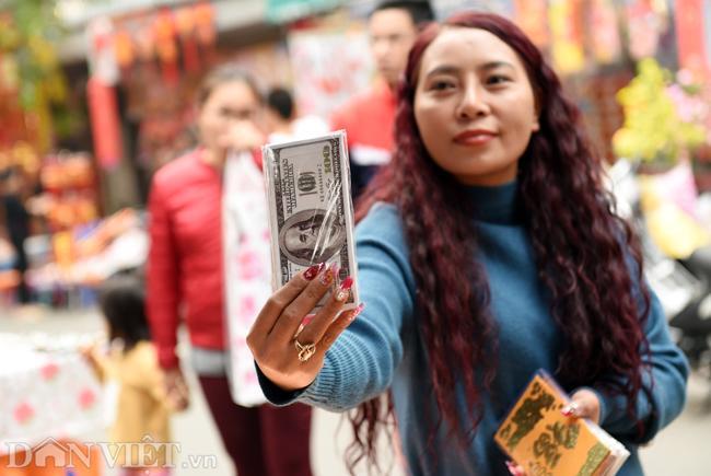 Ảnh: Khách Tây thích thú ngắm đồ lễ tiễn ông Táo trên phố Hàng Mã-6