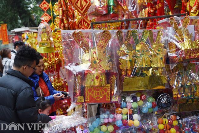 Ảnh: Khách Tây thích thú ngắm đồ lễ tiễn ông Táo trên phố Hàng Mã-7