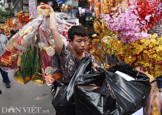 Ảnh: Khách Tây thích thú ngắm đồ lễ tiễn ông Táo trên phố Hàng Mã-9