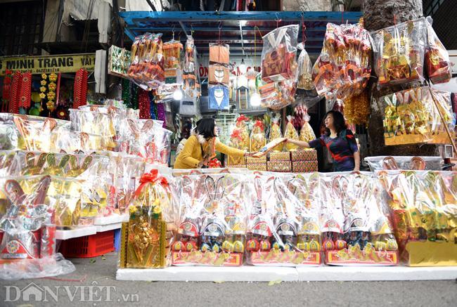 Ảnh: Khách Tây thích thú ngắm đồ lễ tiễn ông Táo trên phố Hàng Mã-10