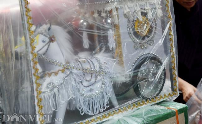 Ảnh: Khách Tây thích thú ngắm đồ lễ tiễn ông Táo trên phố Hàng Mã-4