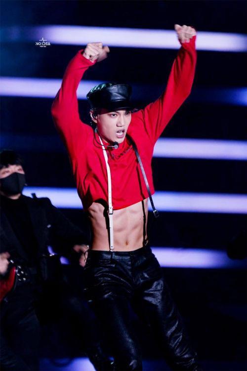 Trang phục diễn nữ tính, gợi cảm của dàn mỹ nam Hàn Quốc-2
