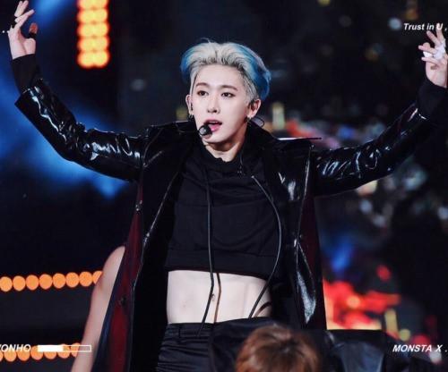 Trang phục diễn nữ tính, gợi cảm của dàn mỹ nam Hàn Quốc-5