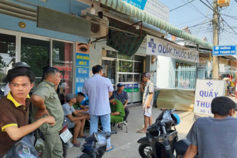 Nam thanh niên chết gục trên ghế đá trước tiệm thuốc tây-1