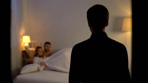 Chồng đi vắng, vợ đưa nhân tình về mặn nồng trên giường cưới-1