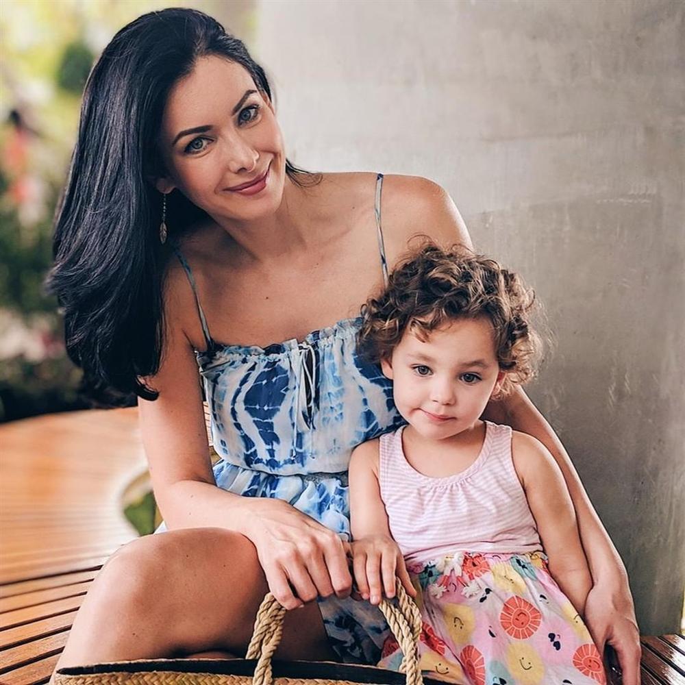 ĐẸP CŨNG PHẢI DO DI TRUYỀN: Mẹ là Hoa hậu Hoàn vũ - bố là Nam vương Quốc tế, bảo sao cô bé này xinh như thiên thần-7