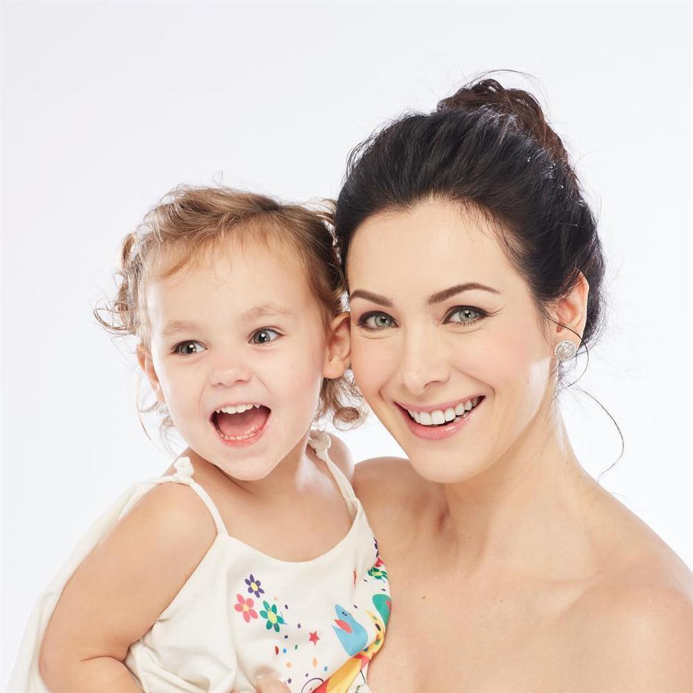 ĐẸP CŨNG PHẢI DO DI TRUYỀN: Mẹ là Hoa hậu Hoàn vũ - bố là Nam vương Quốc tế, bảo sao cô bé này xinh như thiên thần-11