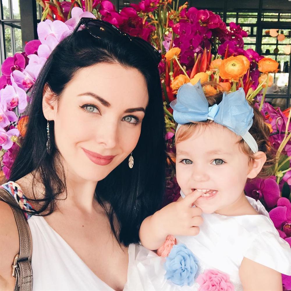 ĐẸP CŨNG PHẢI DO DI TRUYỀN: Mẹ là Hoa hậu Hoàn vũ - bố là Nam vương Quốc tế, bảo sao cô bé này xinh như thiên thần-12
