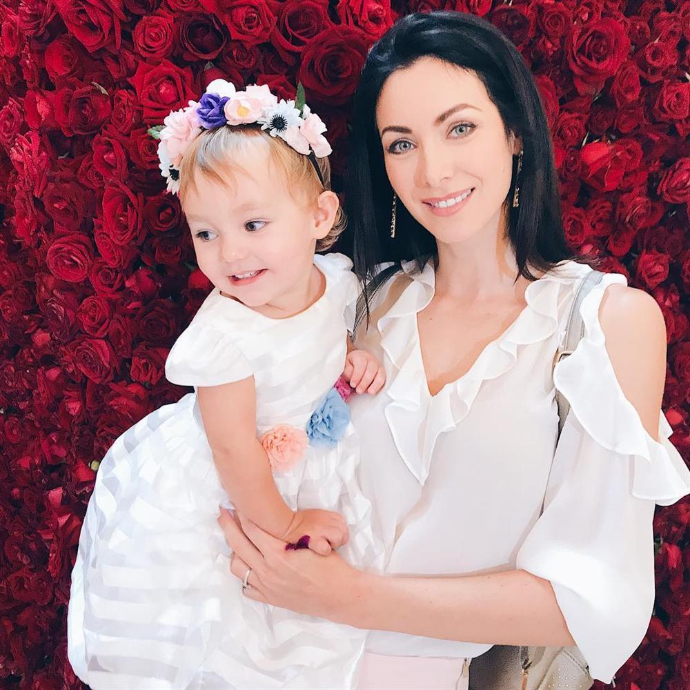ĐẸP CŨNG PHẢI DO DI TRUYỀN: Mẹ là Hoa hậu Hoàn vũ - bố là Nam vương Quốc tế, bảo sao cô bé này xinh như thiên thần-17