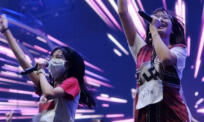 Nữ ca sĩ trẻ Thái Lan cầu xin sự tha thứ vì diện áo nhạy cảm-1