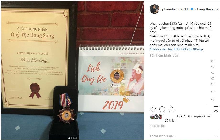 Hoàng tử Đức Huy hạnh phúc khoe huân chương và giấy chứng nhận Quý tộc hạng sang fan dành tặng-2