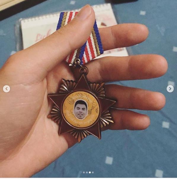 Hoàng tử Đức Huy hạnh phúc khoe huân chương và giấy chứng nhận Quý tộc hạng sang fan dành tặng-3