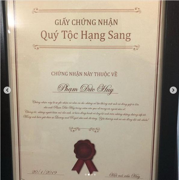 Hoàng tử Đức Huy hạnh phúc khoe huân chương và giấy chứng nhận Quý tộc hạng sang fan dành tặng-4
