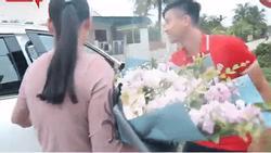 Đức Chinh vừa xây nhà tiền tỷ, Phan Văn Đức cũng không kém cạnh tậu xế hộp hạng sang khiến mẹ đẻ vỡ òa xúc động