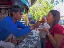 Du khách xếp hàng chờ thử món ăn 'nuốt lửa' vào bụng ở Ấn Độ