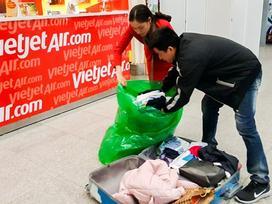 Vali hành khách VietJet vỡ toang sau chuyến bay về quê ăn Tết